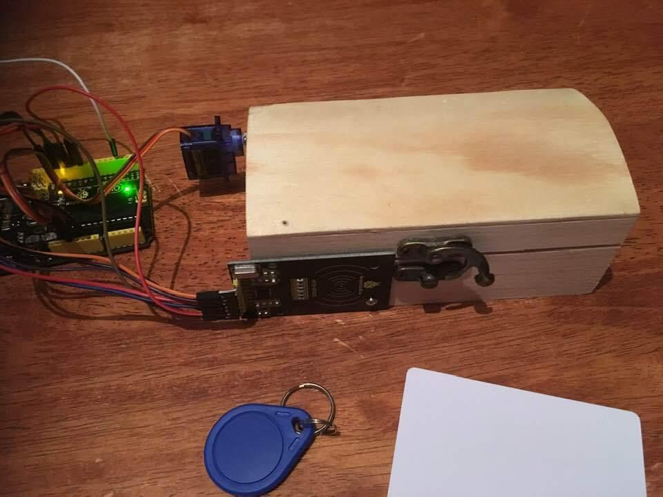Titokláda kinyitása RFID elektronikus kulcs segítségével